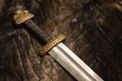 Durée toujours avec l'épée scandinave sur une fourrure Image libre de droits