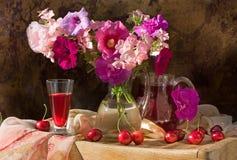 Durée toujours avec les fleurs et le vin Photographie stock