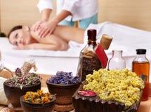 Durée toujours de femme sur la table de massage dans la station thermale de beauté Photographie stock libre de droits