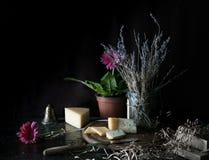 Durée toujours 1 Gerbera rose dans un pot, lavande, bruyère, fromage, Dor Blue, couteau sur le fond en bois d'obscurité de table Images libres de droits