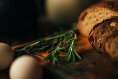 Durée toujours 1 Produits agricoles : oeufs, lait, pain frais sur une table en bois Tour du plan rapproché un image stock