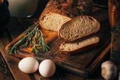 Durée toujours 1 Produits agricoles : oeufs, lait, pain frais sur une table en bois Tour du plan rapproché un image libre de droits