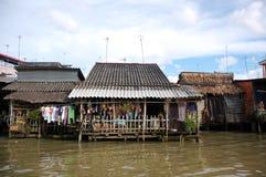Durées faibles de ménages par le fleuve de Mekong image stock