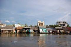Durées faibles de ménages par le fleuve de Mekong photographie stock
