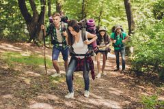 Dur, expédition difficile, fatigante et épuisante de quatre amis dans le canyaon, ils s'élèvent, avec des sacs à dos et tout nee image stock