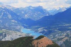 Duranceflod som flödar i berglandskap, Hautes-Alpes, Frankrike royaltyfri fotografi