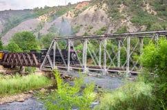 Durango & il treno di ferrovia del calibro stretto di Silverton che attraversa un ponte del metallo Fotografia Stock Libera da Diritti