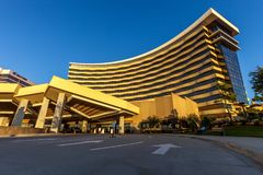 DURANT、俄克拉何马- 2017年10月17日-乔克托人赌博娱乐场&手段看法与与明亮的蓝天在背景中 库存照片
