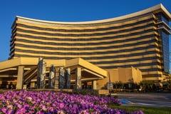 DURANT、俄克拉何马- 2017年10月17日-乔克托人赌博娱乐场&手段看法与紫色花床在前景 库存照片