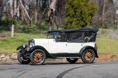 1928年Durant驾驶在乡下公路的橄榄球游览车 库存图片