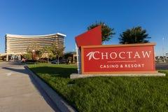 DURANT, OKLAHOMA - 17. Oktober 2017 - Entance-Zeichen des Choctaw-Kasinos u. des Erholungsortes mit dem Kasinogebäude im Hintergr Lizenzfreie Stockfotos