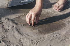 Durante gli scavi l'archeologo ha trovato qualcosa Immagini Stock Libere da Diritti