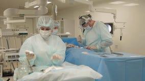 Durante l'operazione della spina dorsale stock footage
