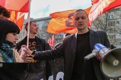 Durante la celebración del primero de mayo Sergei Udaltsov - uno de líderes del movimiento de protesta en Rusia Fotos de archivo
