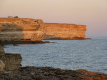 Durante la noche en una roca cerca del ‡ Д ¾ Ð del ¾ Ñ del  Ð del mar Ð del ² Ð del  каД е Ð de а Ñ del ½ del ³ Ð de Ð?з Imagen de archivo libre de regalías