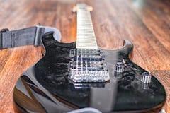 Durante mucho tiempo guitarra eléctrica negra no más usada fotos de archivo