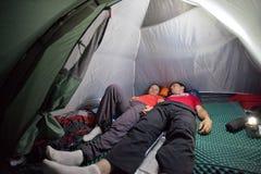 Durante a noite no acampamento da barraca Fotos de Stock Royalty Free