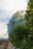 Durante o fogo na operação de descarga dos resíduos sólidos Fotografia de Stock
