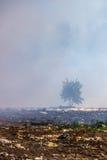 Durante o fogo na operação de descarga dos resíduos sólidos Fotografia de Stock Royalty Free
