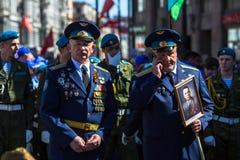 Durante o março imortal do regimento nas celebrações de Victory Day Fotos de Stock
