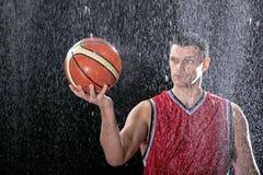 Jogador de basquetebol que olha sua bola Fotos de Stock Royalty Free