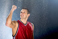Jogador de basquetebol que comemora a vitória Fotos de Stock Royalty Free
