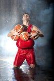 Jogador de basquetebol que olha o céu Fotografia de Stock