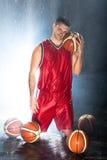 Jogador de basquetebol que olha a câmera Fotos de Stock
