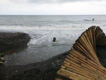 Durante stagione delle pioggie, gli scorrimenti dell'acqua dalle montagne e sfociato nel mare Acqua di mare delle macchie di fang fotografie stock
