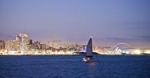 Durban horisont Moses Mabhida Stadium och yacht Fotografering för Bildbyråer