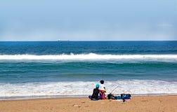 Durban Sydafrika barn som fiskar på La Lucia Beach Arkivbilder
