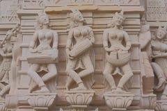Durch Aushöhlung auf dem roten Stein von Tänzern, künstlerische Beschreibung Stockbilder