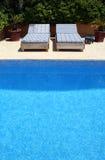 Durch das Pool stockbild