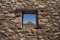 Durch das Steinfenster Lizenzfreie Stockfotografie