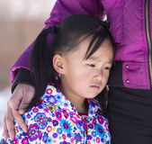 Durch das traurige Mädchen seiner Mutter Lizenzfreie Stockbilder