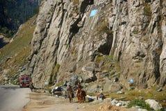 Durch den Durchlauf Sonamarg, Kaschmir, Indien lizenzfreie stockfotos