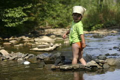 Durch den Fluss Stockfotografie