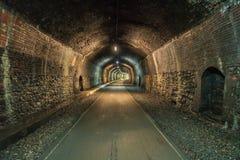 Durch den Grundstein-Tunnel gehen, Derbyshire, England, Großbritannien stockbild