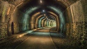 Durch den Grundstein-Tunnel gehen, Derbyshire, England, Großbritannien lizenzfreie stockfotos