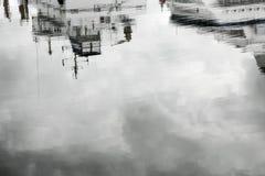 Durch den Hafen lizenzfreie stockbilder