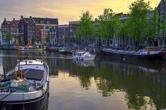 Durch den Kanal in Amsterdam kreuzen, die Niederlande stockbild