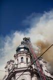 Durch den Rauch und das Feuer Stockbilder