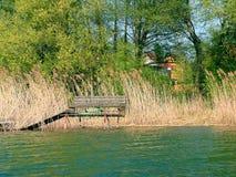 Durch den See im Frühjahr. Lizenzfreie Stockfotos