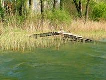 Durch den See im Frühjahr. Lizenzfreies Stockfoto