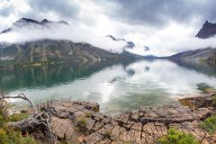 Durch den See in St Mary, Glacier Nationalpark Lizenzfreie Stockfotografie
