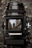 Durch den Sucher einer alten mittleren Format-Kamera Stockbild