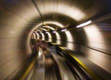 Durch den Tunnel stockfotos