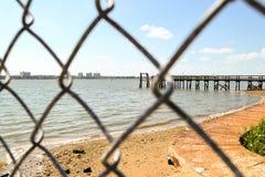 Durch den Zaun Looking heraus zum Strand lizenzfreie stockfotos