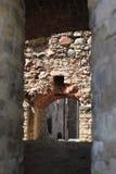 Durch die Bögen der mittelalterlichen Wände Stockfoto