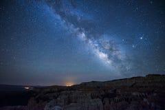 Durch die Mitte der Milchstraße lizenzfreie stockfotografie